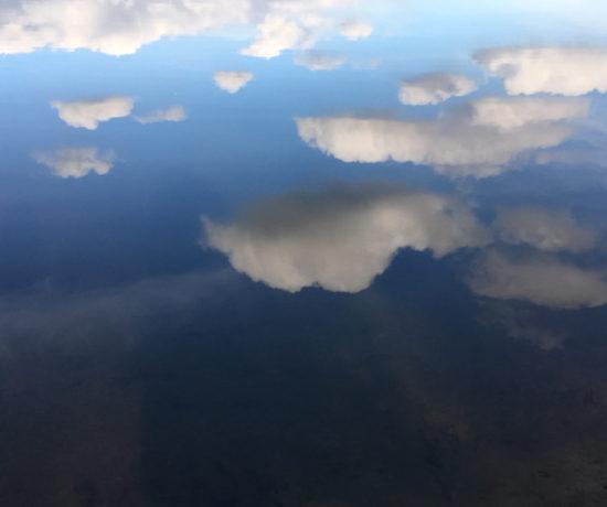 wolken in water